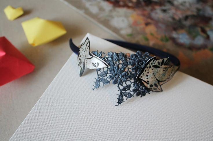 Cerchietto di raso blu notte decorato con applicazioni di tela dipinta a mano e pizzo : Accessori per capelli di aniziana