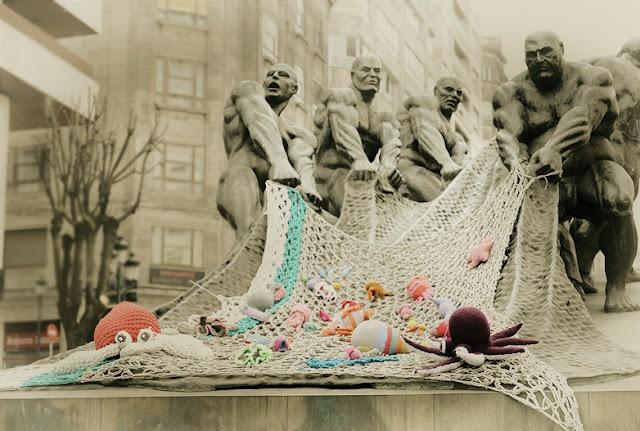 Primera intervencion lanera en Vigo, los pescadores llenaron sus redes de coloridos amigurumis.   El monumento al trabajo de Vigo quedo precioso con tan alegre cargamento. Enhorabuena laneras!