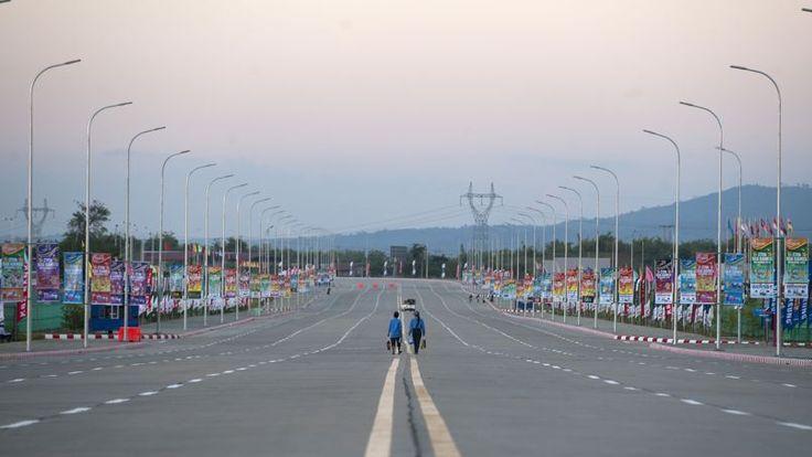 Sur cette photo prise le 30 Novembre 2013, les gens  marchent sur route large  avant les Jeux d'Asie du Sud  à Naypyidaw.