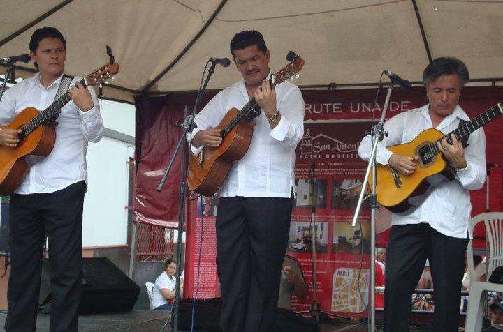 Algunas pics de lo que fue La Calle del Arte, en el barrio San Antonio en septiembre de 2010, donde por supuesto tuvimos nuestra participación con el Maestro Luis Emilio Rentería.