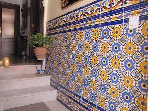 Porraskäytävän seinät laatoitettu puoliväliin talavera-laatoilla.
