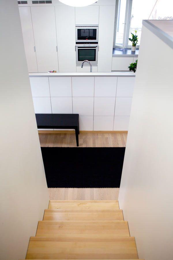 Talon portaat on rakentanut paikallinen puuseppä. Pientalo ja piha 5/2015