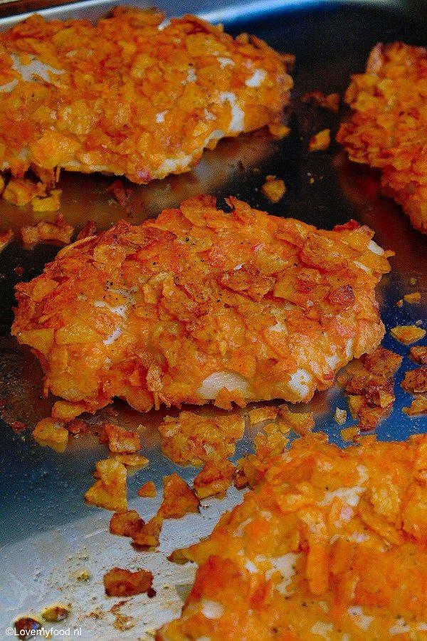 crunchy kip met paprikachips, ook lekker met andere soorten chips/doritos, en ook lekker om de eieren door mayonaise te vervangen.