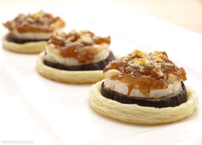 Montaditos de berenjena y queso de cabra con cebolla caramelizada