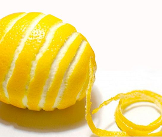 Limon kabuğunu çöpe mi atıyorsunuz? Limon kabuğunun faydalarını ve kullanımlarını gördükten sonra bir daha çöpe atmayacaksınız. Çün...