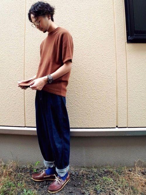 ブラウンと青のシンプルコーデ🎶 ブラウンのTシャツはニット素材 デッキシューズと青ソックスでポイン