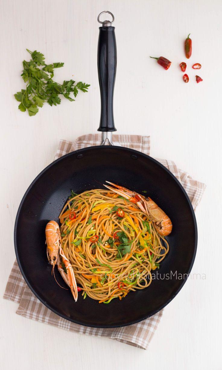 Spaghetti integrali saltati di zucchine e peperoni agli scampi sambonet spadelliamoconsambonet spadelliamo wok spadella wok freeyoudesign photo food photograpy spadellando spadelliamo con