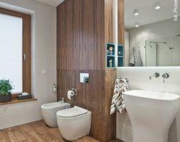 Apartament Wille Parkowa 2 - Duża łazienka z oknem - zdjęcie od superpozycja architekci