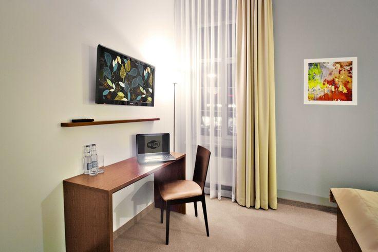 Obszerne, nowoczesne pokoje z szybkim łączem wi-fi oraz szerokim wyborem kanałów TV.
