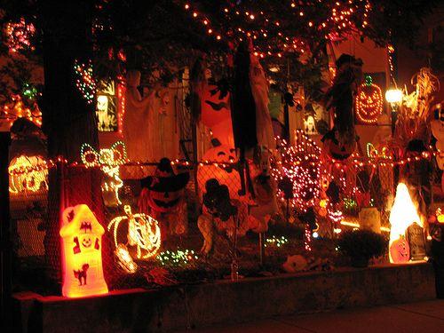 【イギリス】Halloween  −ハロウィン−  毎年10月31日に行われる定番のお祭りだ。 元は古代ケルト人が紀元だと考えられているハロウィン。 元は秋の収穫を祝ったり悪霊などを追い出す宗教的な意味合いのある行事だった。  −世界のトリック・オア・トリート−  現在では世界各国でハロウィンが行われており、基本的な部分は同じではあるが、 その国の独特の文化も組み込まれており国によって様々なハロウィンが楽しむ事が出来る。
