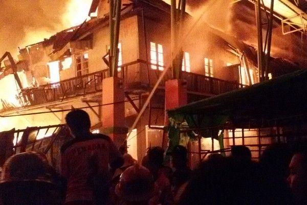 Sebuah Rumah di Palmerah Terbakar, 20 Unit Damkar Diluncurkan Padamkan Si Jago Merah