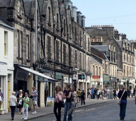 Histórica calle Market en St Andrews - Escocia