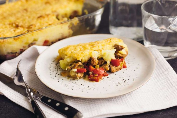 Recept voor shoarma en spruitjes ovenschotel voor 4 personen. Met zout, water, olijfolie, peper, spruitjes, shoarmavlees, winterpeen, kaas, aardappelen kruimig, melk, rode paprika, rode ui en knoflook