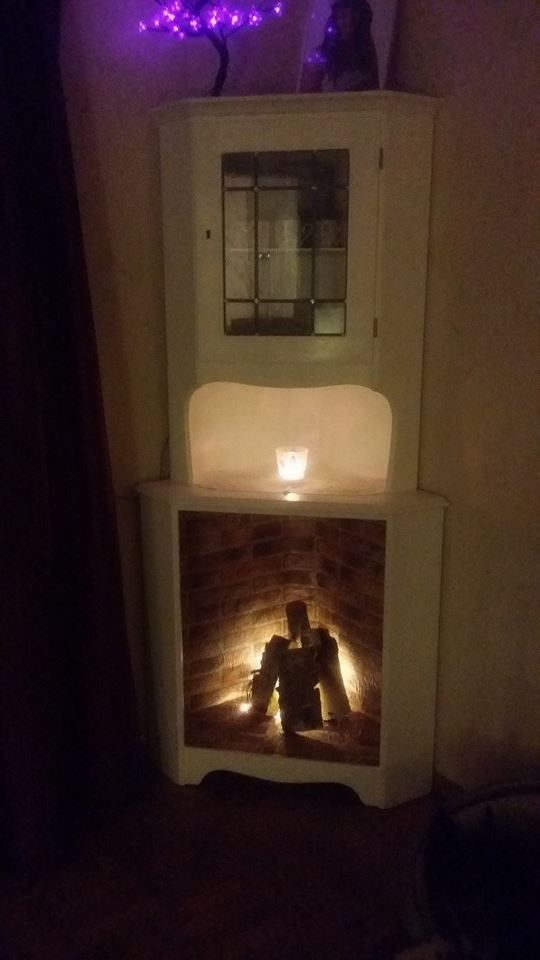 Någon har gjort en eldstad med hjälp av ett hörnskåp. Taget från Återbruka mera från FB.