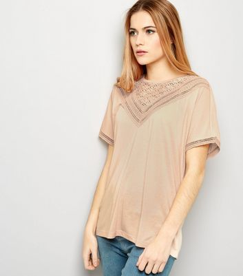 """Opt for a relaxed silhouette with this lace trim top. Pair with skinny jeans and metallic trainers to finish the look.- Rounded neckline- Lace trim- Simple short sleeves- Oversized for a looser fit- Model Squad model Emily is 5'7""""/170cm  and wears size M* Size Guide: XS – UK 6, S – UK 8, M – UK 10, L – UK 12, XL – 14*"""