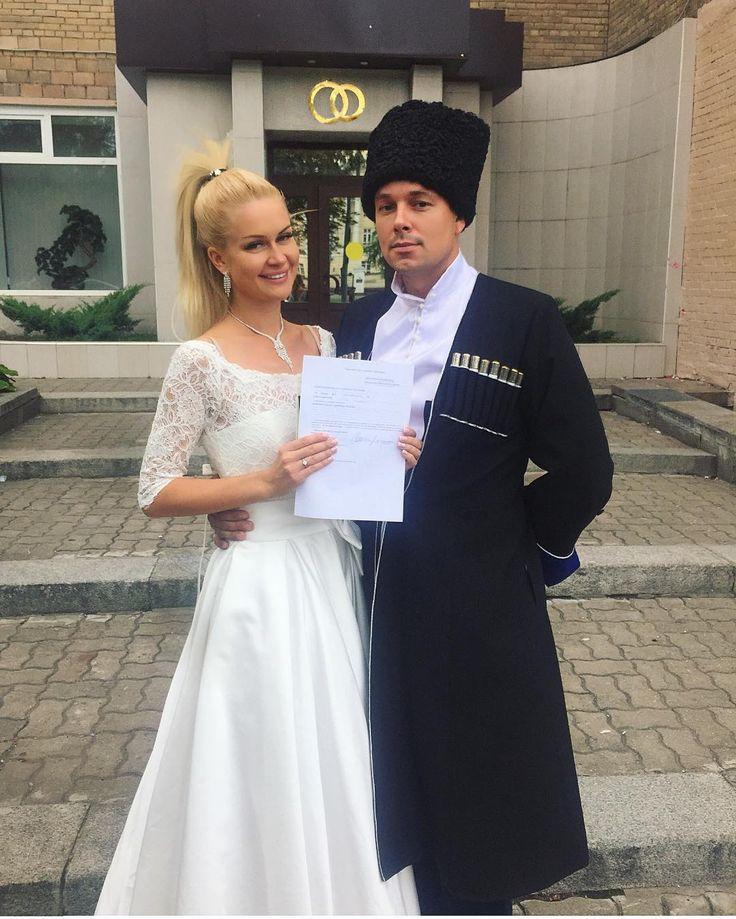 Звезды  реалити-шоу решили повременить с церемонией бракосочетания. Марина  Африкантова и Андрей Чуев намеревались пожениться 22 октября. ...