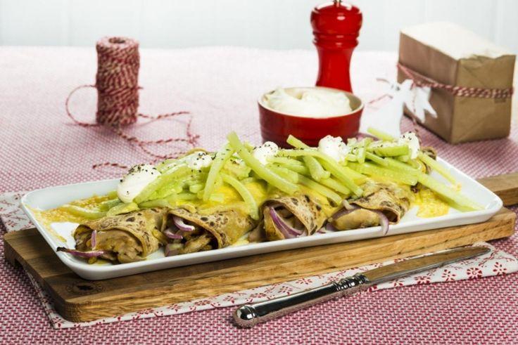 Fylte og gratinerte potetlomper med plukket kylling og avokado