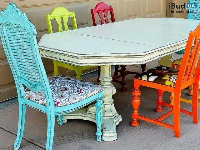 На фото показаны стулья деревянные мягкие. Они покрашены в яркие цвета и имеют цветочную обивку. Стулья с яркими оттенками уместны, если интерьер комнаты оформлен в духе минимализма, также в случае...