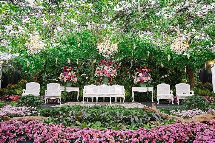 """Resepsi di Pondok Indah Lestari dengan tema """"Secret Garden"""" ini sangat cantik dan bisa menginspirasi mu untuk melakukan resepsi outdoor! Yuk baca disini!"""