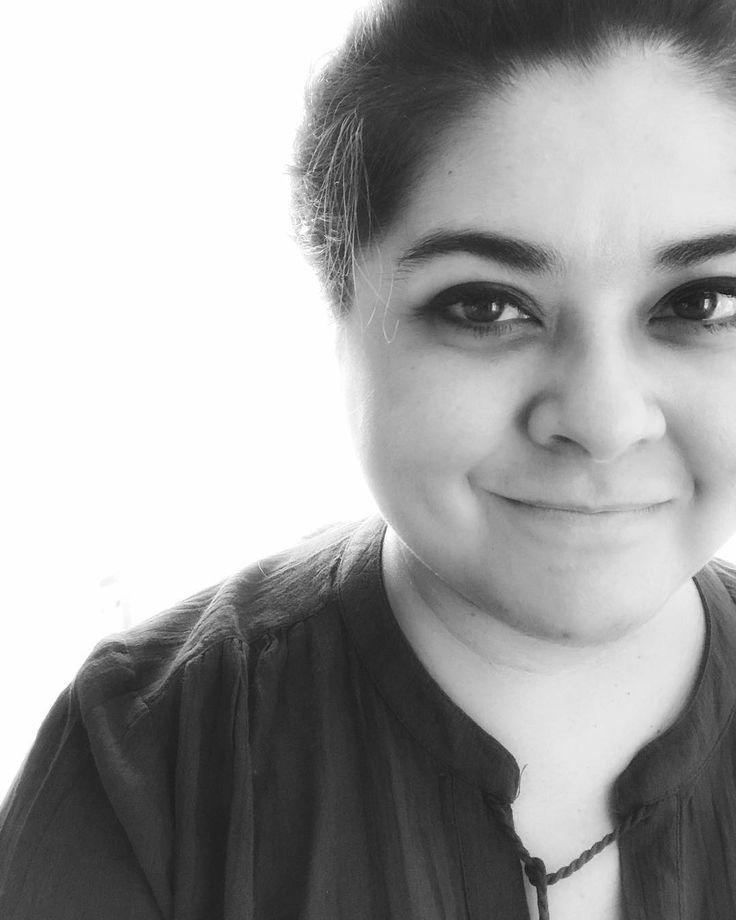 """""""Por eso prefiero los narradores en tercera persona son más honestos asumen su naturaleza de artificio y no pretenden engañar a nadie."""" -Fernanda Melchor sobre su libro: """"Temporada de Huracanes"""" @litrandomhouse elegida como la escritora emergente de la tercera edición: """"El presente de las artes en México"""" de @revistalatempestad  Quería ponerle algo a mi selfie... y cuando leí la entrevista me robé esa respuesta... yo también soy fan de narrar en tercera persona. Es algo que simplemente uno…"""