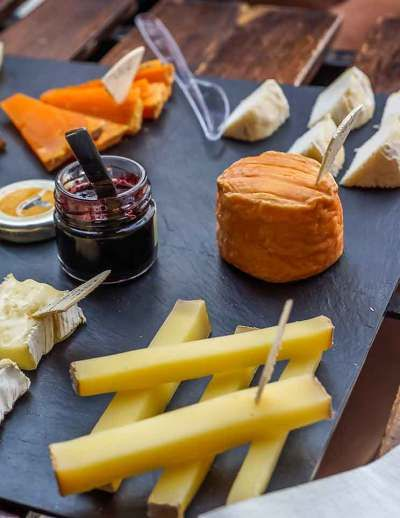 Tour Gastronômico em Paris. Um passeio para aprender a apreciar queijos e vinhos e como harmonizá-los. Adorei e recomendo.