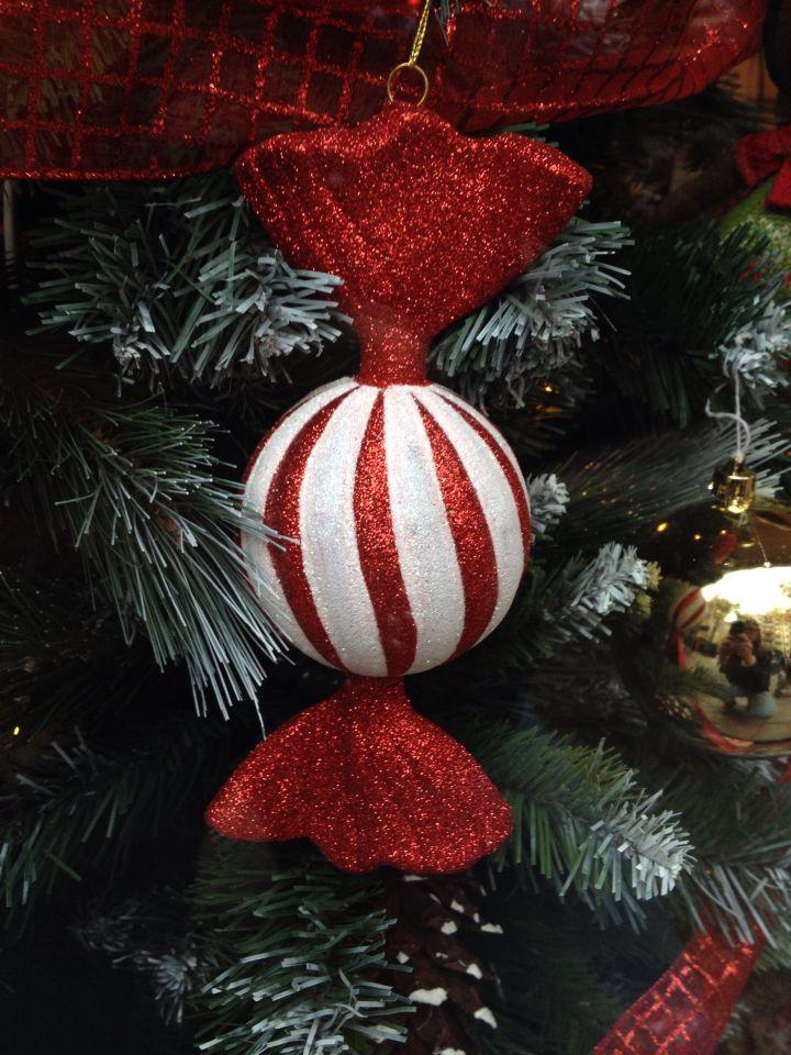 Caramelos hechos con una esfera de porexpan y decorados con purpurina roja y blanca / adorno / decoracion / Navidad