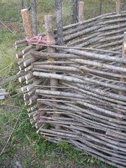 How to make a woven fence ~ would be wonderful around the garden !