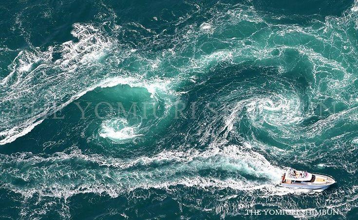 27日に本社ヘリから撮影した鳴門の渦潮です。渦の直径は20メートルにもなるそうです。(尾崎孝撮影)記事はこちら→   http://www.yomiuri.co.jp/osaka/news/20170328-OYO1T50010.html … #鳴門 #鳴門の渦潮