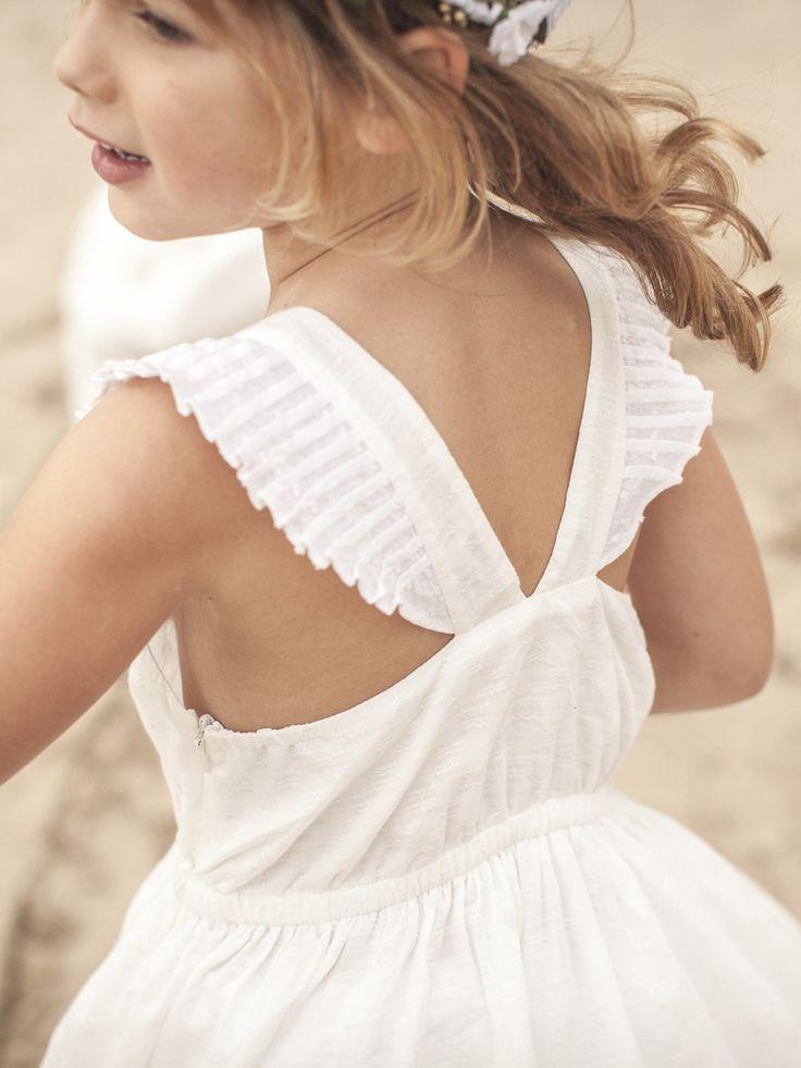 """Manches """"papillon"""", dos-nu raffiné, jupon dansant et tissu damassé... les filles sont à l'honneur dans les cortèges chics. Une robe riche par ses déta"""