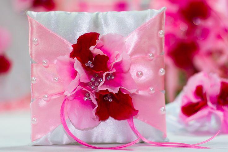 """Свадебная подушечка для коле из коллекции """"Капризы маркизы"""". В декоре розовые атласные ленты,розовые и бордовые цветы, стразы,жемчуг."""