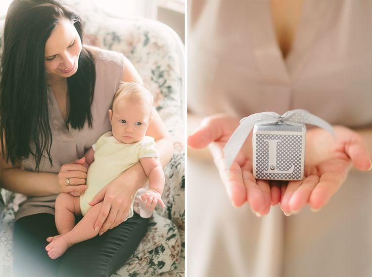 Zdjęcie niemowlaka z mamą i klocek z literką z jego imienia z sesji w LIRYKA Atelier