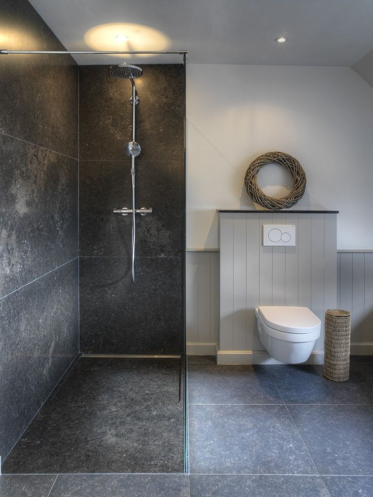Shower with wall panels and shower tray in natural stone. Perfect combination for this bathroom in cottage style.