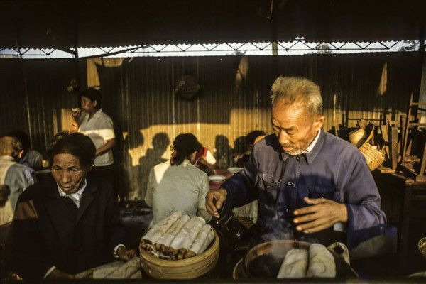 Elderly couples selling fritters, Suzhou, 1984. (Photographer: Alex NG)