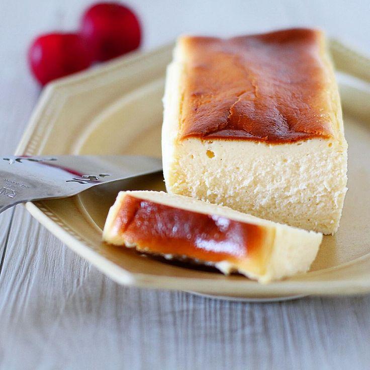Ingrédients : – 1 Kg de fromage blanc nature 0% – 4 (240 g) petits-suisses natures 0% – 4 oeufs clarifiés (jaunes et blancs séparés) + 1 blanc d'oeuf – 2 gousses de vanille + arôme de vanille naturelle – 100 g de sucre + un peu d'édulcorant thermo-résistant (résistant à la chaleur) – 95