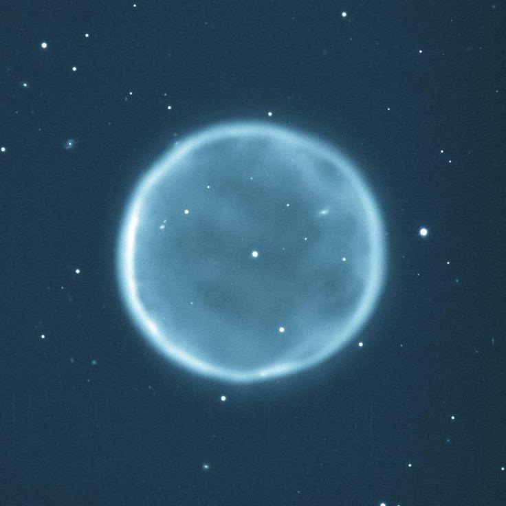 Abell 39 é uma nebulosa planetária na constelação de Hércules. Encontra-se a cerca de 7000 anos luz da Terra com um diâmetro de cerca de 5 anos luz e a grossura da envoltura esférica de 0,33 anos luz.  A estrela central, de magnitude 15,7, está evoluindo para uma anã branca quente. Basicamente era uma estrela como o Sol que se tornou uma gigante vermelha. A estrela depois contraiu expelindo as parte exteriores da atmosfera da gigante há muitos milhares de anos atrás. Tornando-se uma Anã…