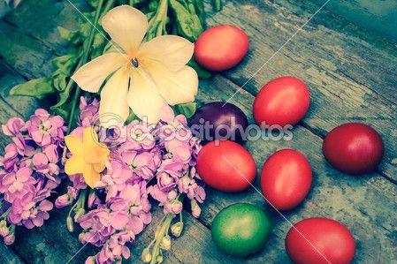красивые пасхальные крашеные яйца на деревянный деревенский стол