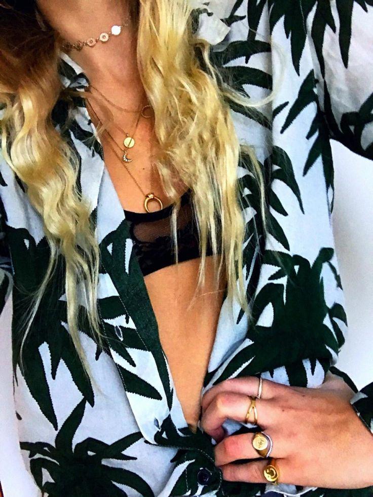 #hviskstylist #hvisk #fashion #blonde #girl #girly #style #stylish #emmabukhave #shirt #palmtrees #palmprint #palms #summer #summerstyle #tan #tanned #gold #jewelry #stackingjewelry #goldchoker #choker