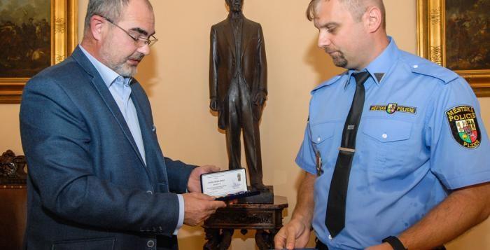 Strážník Michal Buřič získal medaili cti, zasáhl u případu napadení dívky