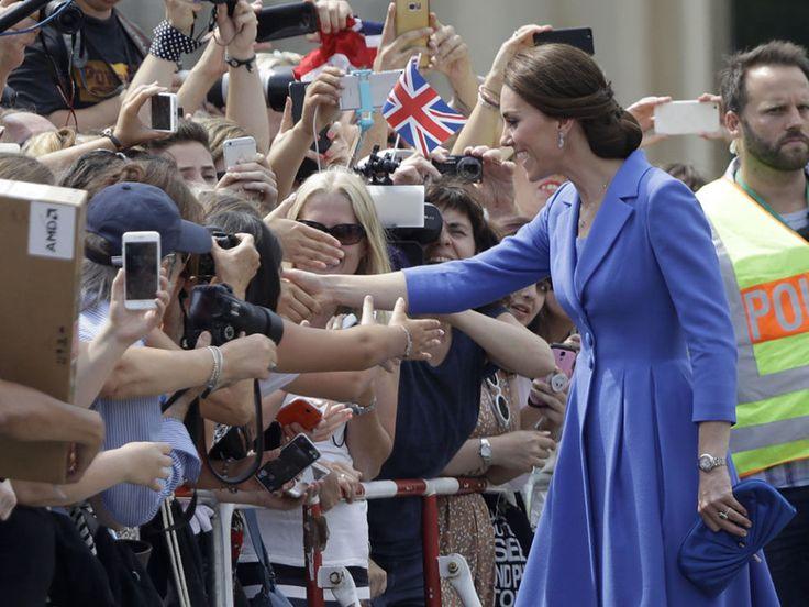 La simpatía y la cercanía son cualidades que les caracterizan, sobre todo a la princesa Kate. La esposa del nieto de Isabel II se acercó a saludar a los viandantes que se encontraban en el centro de Berlín, que quisieron esperar para darle una cálida acogida a su tierra.