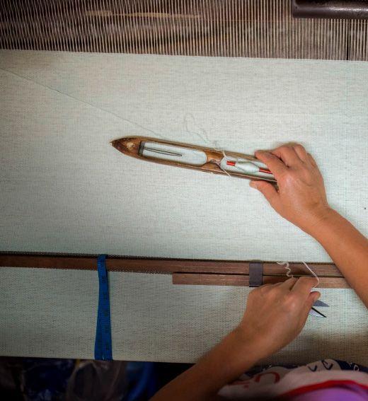 VÄLBALANS LIMITIERTE KOLLEKTION: Die Hügelstämme des nördlichen Thailands haben eine lange Tradition bei der Herstellung handgewebter Textilien, die sie für ihre farbenfroh gemusterten traditionellen Kleider verwenden. Die Textilien der VÄLBALANS Kollektion wurden durch viele dieser Techniken hergestellt.