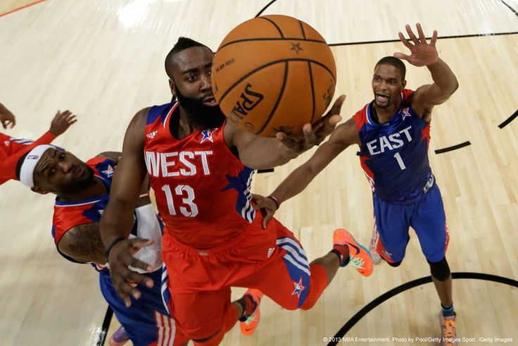 James Harden (The Beard) in sottomano durante l'All Star Game 2012.