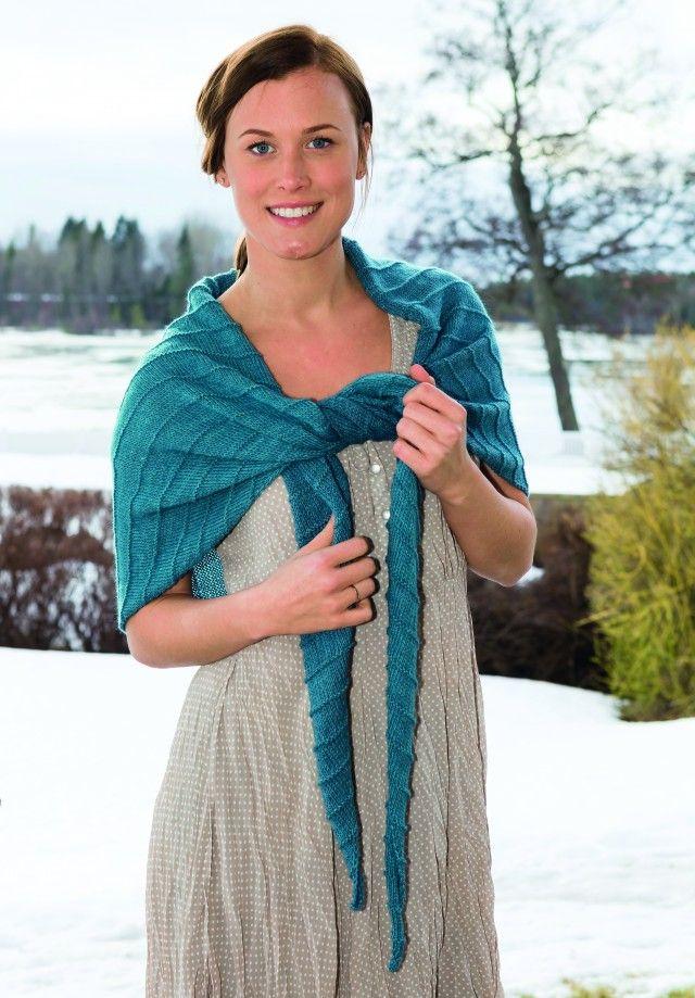 Et nydelig sjal som kan brukes hele året, men som er ekstra deilig å ha klart til kulda kommer krypende. Garnet finnes i 27 herlige nyanser.