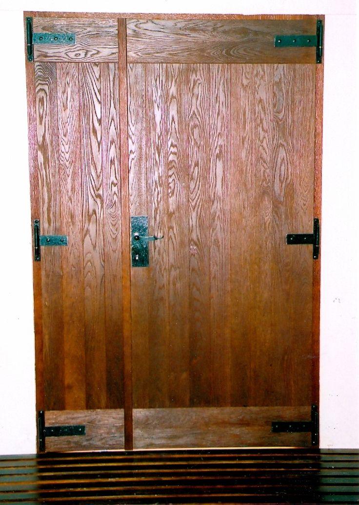 öregített, viaszolt tölgyfa beltéri ajtó, egyedi kovácsolt vasalatokkal