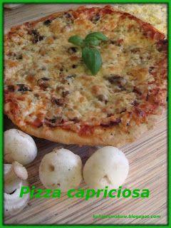 Klasyczna domowa pizza capriciosa z szynką i pieczarkami.