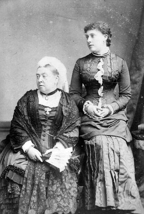 Rainha Vitória e sua filha, Princesa Beatriz, em fotografia da década de 1880.