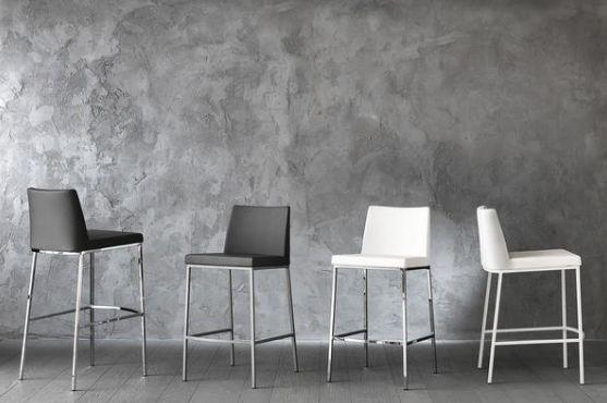 Livraison gratuite en France métropolitaine.  Tabouret fixe en ecopelle de haute qualité, et structure en métal chromé.  Disponible en blanc ou noir titanium pour l'assise, et différentes couleurs pour la structure pour le modèle bas ( 65cm de hauteur )  Deux hauteurs possibles pour l'assise : 80cm ou 65cm