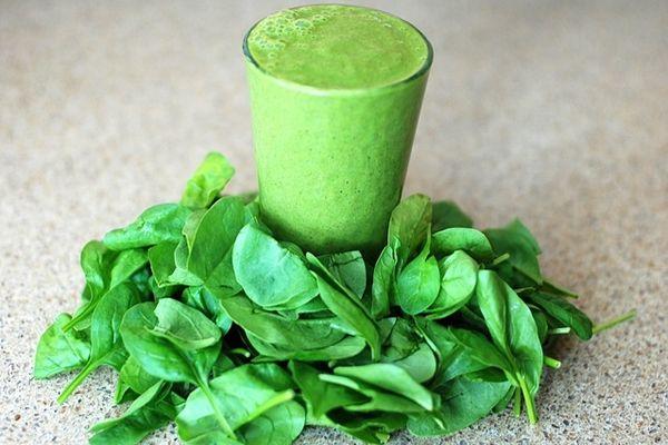 Zsenge spenótból, gyümölcsökből immunerősítő zöld turmix
