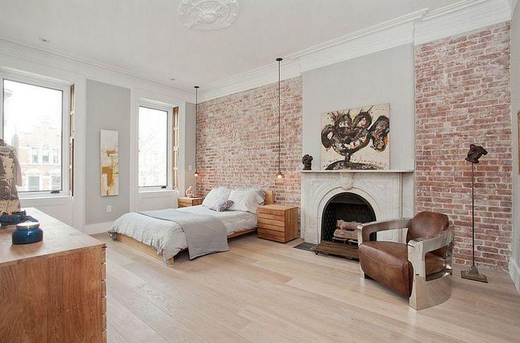 Светлая кирпичная стена в интерьере спальни