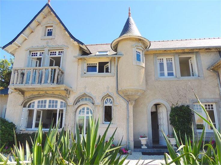 Superbe manoir à vendre chez Capifrance à Carantec.     > 250 m², 11 pièces dont 6 chambres et un terrain de 1400 m².    Plus d'infos > Maryse Quere, conseillère immobilière Capifrance.