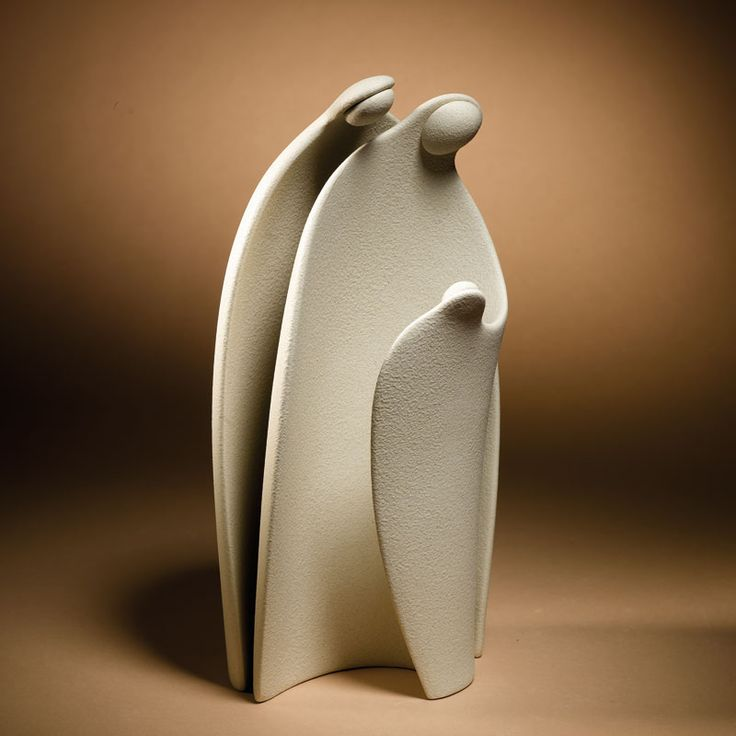 Lineasette,Natività SN753 Design: Flavio Cavalli  Pur col loro disegno moderno, queste figure evocano uno stile classico che fa eco all'iconografia tradizionale. Le ampie superfici e le linee curve, i drappeggi stilizzati, sono carichi della memoria dei bassorilievi dei secoli passati.